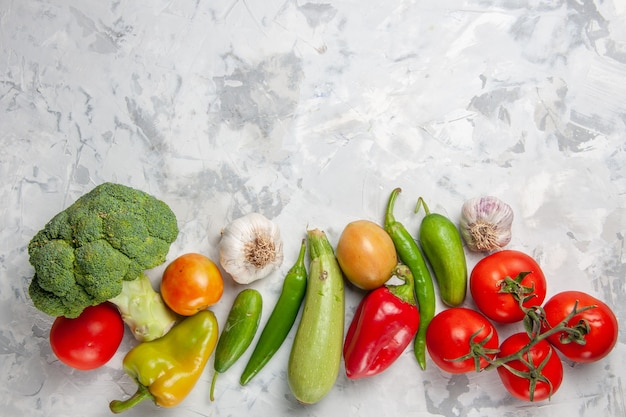 Vista superior de brócoli verde fresco con verduras en ensalada de mesa blanca dieta de salud madura