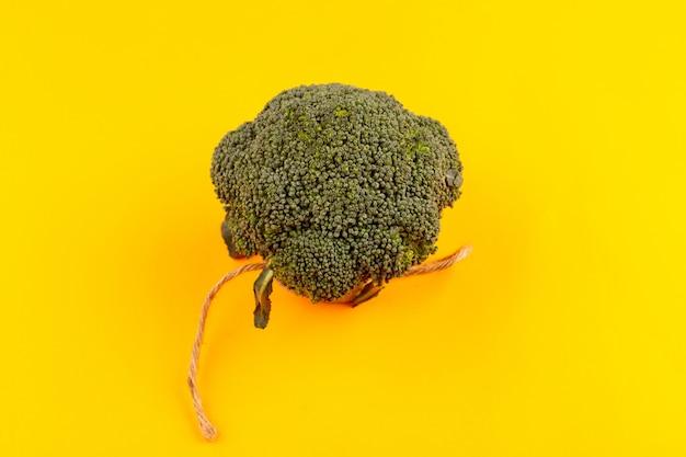 Vista superior brócoli verde maduro fresco aislado en el fondo amarillo