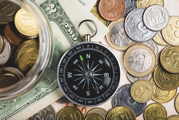 Vista superior de brújula y dinero listos para viajar