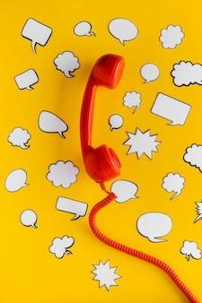 Vista superior de las burbujas de chat y el receptor de teléfono para la comunicación.