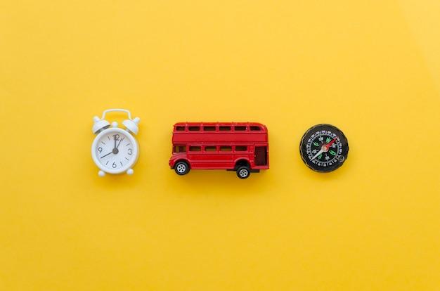 Vista superior del bus de juguete con reloj y brújula al lado