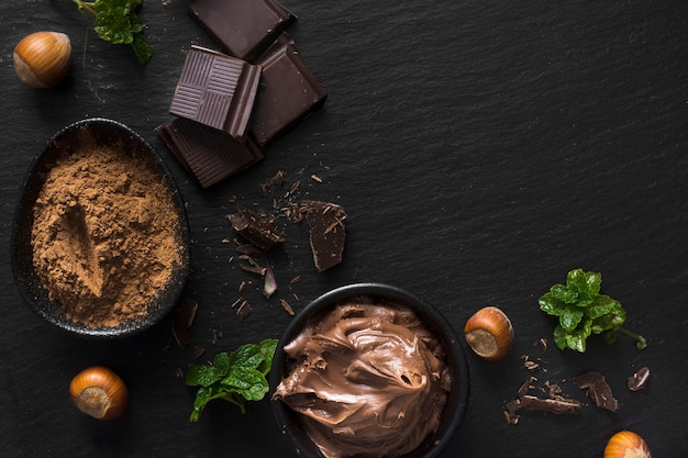 Vista superior de cacao en polvo y chocolate