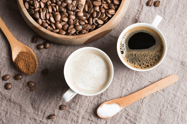 Vista superior de café y café con leche en tazas blancas
