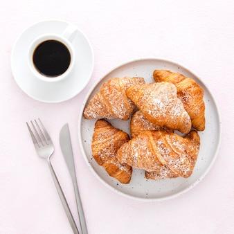 Vista superior de café y croissants franceses
