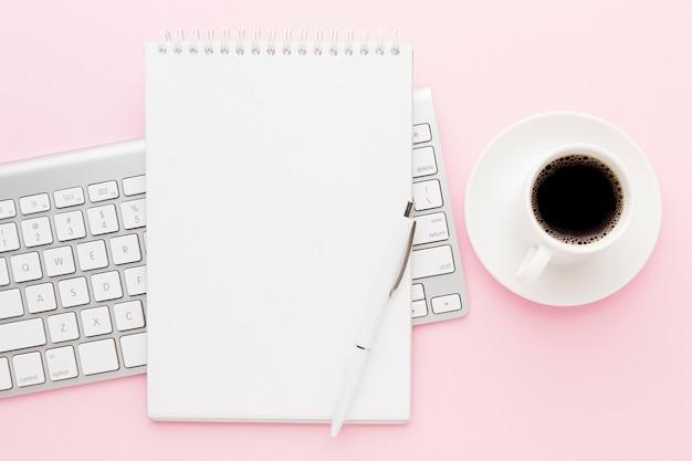 Vista superior de café y decoración de teclado