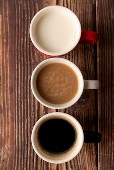 Vista superior de café en degradación en mesa de madera