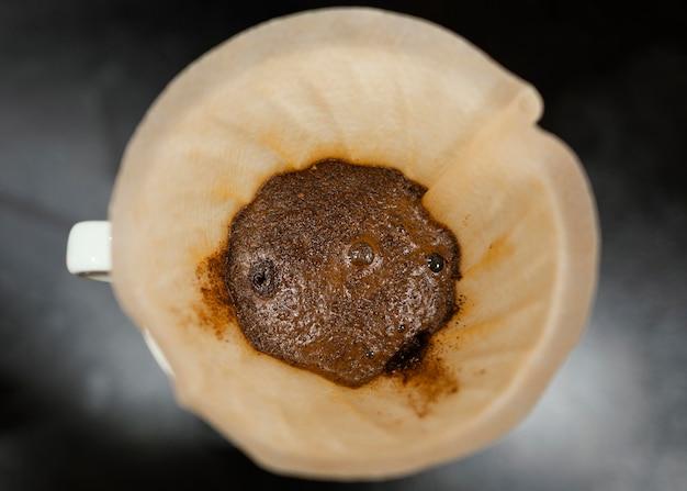 Vista superior de café en filtro