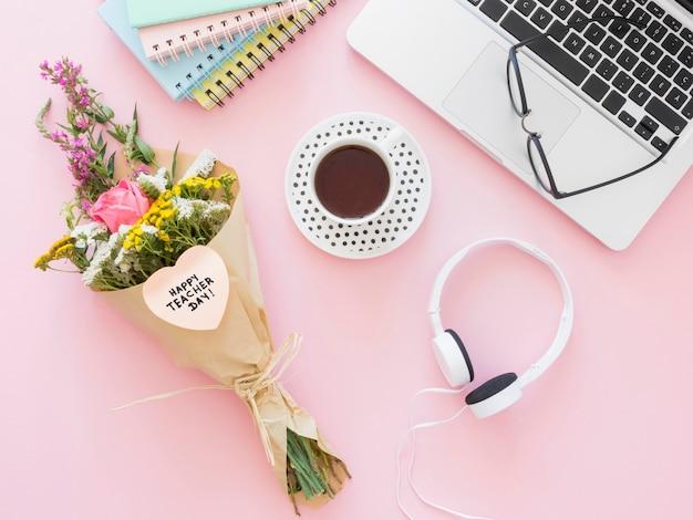 Vista superior de café y flores.