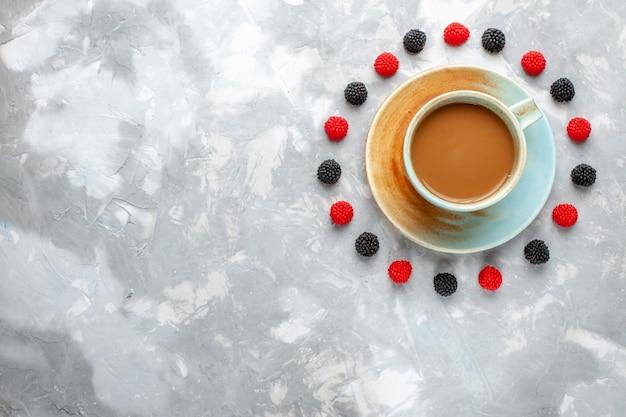 Vista superior de café con leche con bayas en el fondo claro beber café cacao baya confitura de frutas