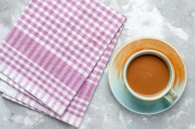 Vista superior del café con leche dentro de la taza sobre el fondo claro, café con leche, bebida de cacao, color de la foto