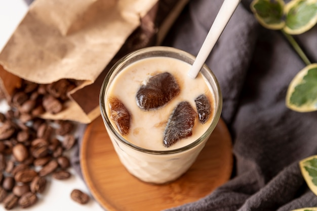 Vista superior de café con leche helada