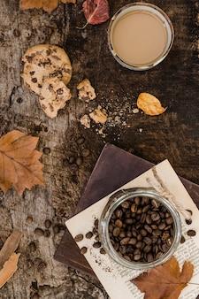 Vista superior de café con leche en vaso y galleta