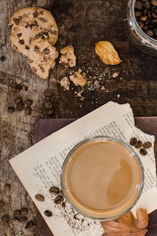 Vista superior de café con leche en vaso