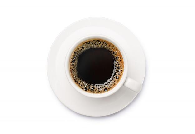 Vista superior del café negro en la taza blanca camino de cllipping.