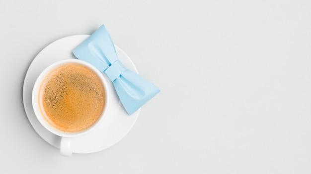 Vista superior de café con pajarita sobre la mesa