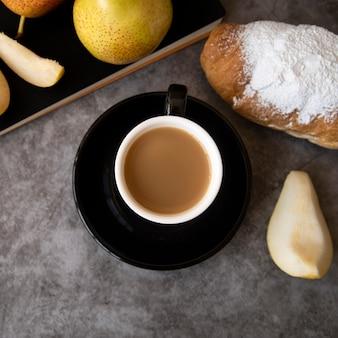 Vista superior de café y pastelería de desayuno.