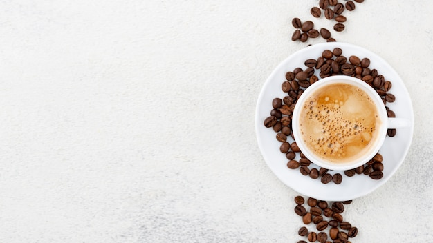 Vista superior de café en taza blanca