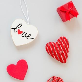 Vista superior de la caja con corazones para el día de san valentín