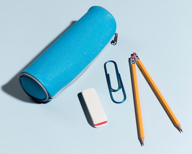 Vista superior caja de lápices con borrados y clip