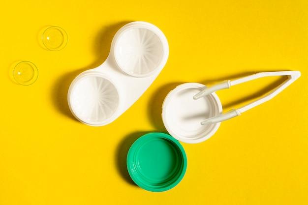 Vista superior de la caja de lentes de contacto y pinzas