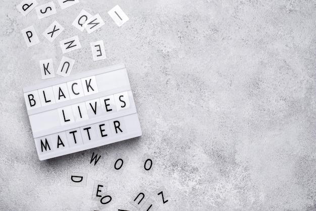 Vista superior de la caja de luz de la materia de vidas negras con letras y espacio de copia
