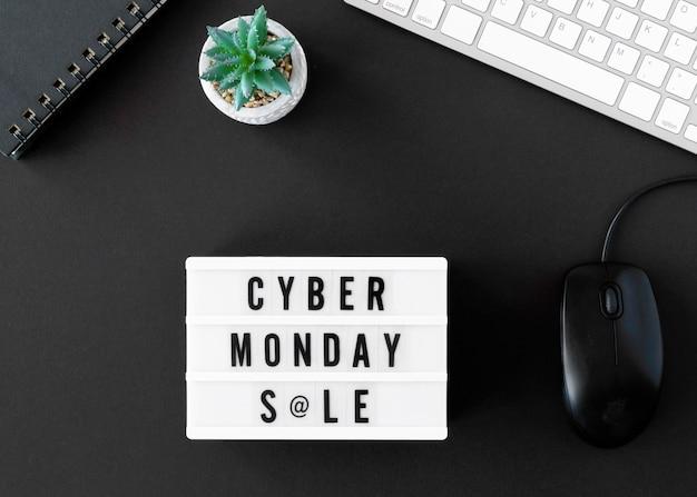 Vista superior de la caja de luz con mouse y teclado para cyber monday