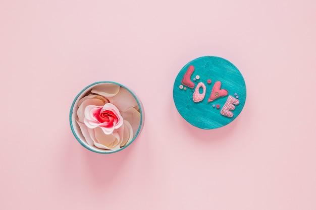 Vista superior de la caja con pétalos de rosa para san valentín