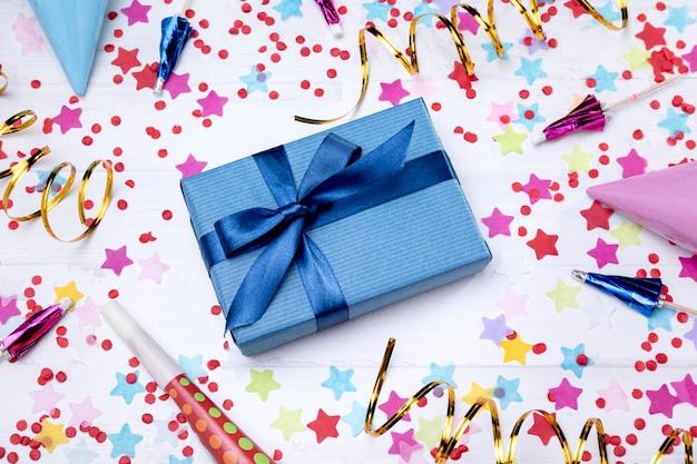 Vista superior caja de regalo de cumpleaños