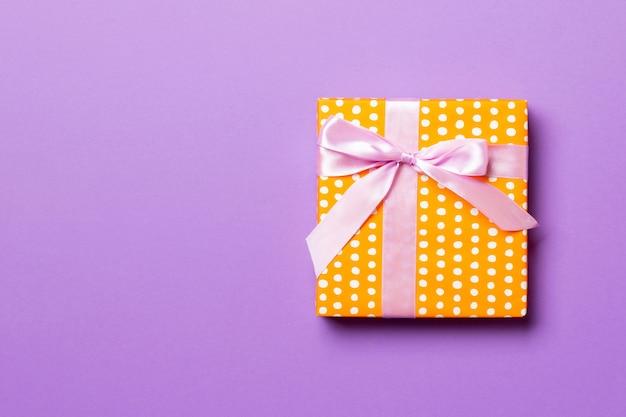 Vista superior caja de regalo de navidad lazo rosa en púrpura con copyspace