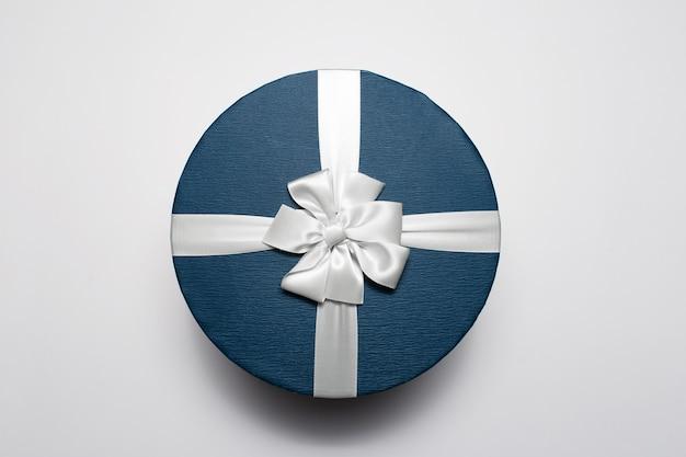 Vista superior de la caja de regalo redonda aislada sobre fondo blanco.