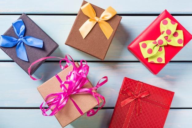 Vista superior de cajas de regalo colorido