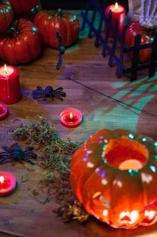 Vista superior de calabaza naranja tallada con cara malvada. celebración de otoño. decoración de halloween.