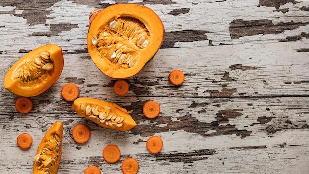 Vista superior de calabaza y rodajas de zanahoria