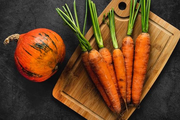 Vista superior de calabaza y zanahorias.