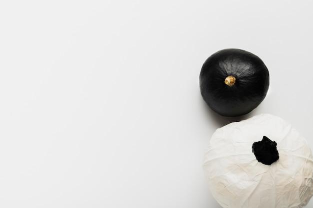 Vista superior de calabazas en blanco y negro sobre fondo blanco.
