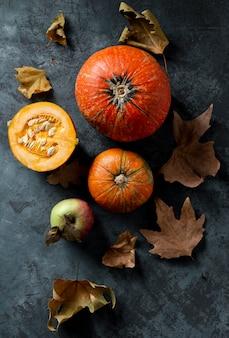 Vista superior de calabazas y hojas de otoño.