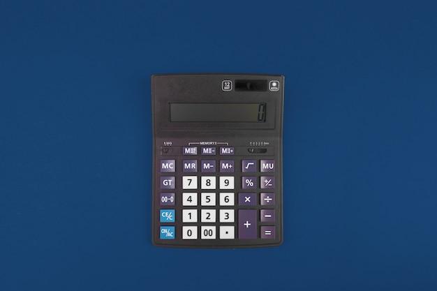 Vista superior de una calculadora aislada en azul clásico
