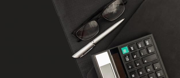 Vista superior calculadora y documentos para trabajar en la tabla, finanzas y ahorros, concepto de negocio.