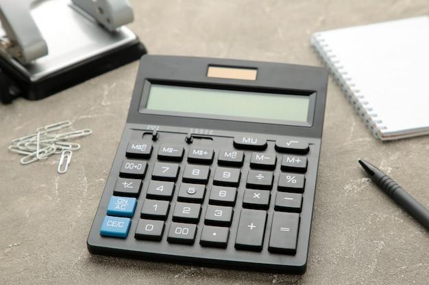 Vista superior calculadora de mesa de oficina con lápiz y cuaderno sobre la mesa para los negocios.