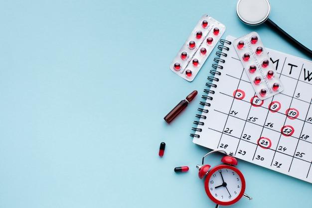 Vista superior del calendario de tratamiento médico