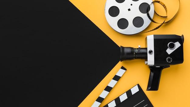 Vista superior de la cámara de cine retro con espacio de copia