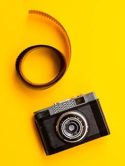 Vista superior de cámara profesional con película