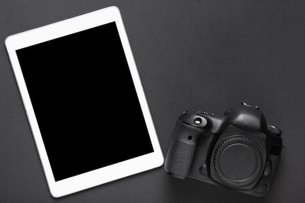 Vista superior de la cámara y tableta con espacio de copia