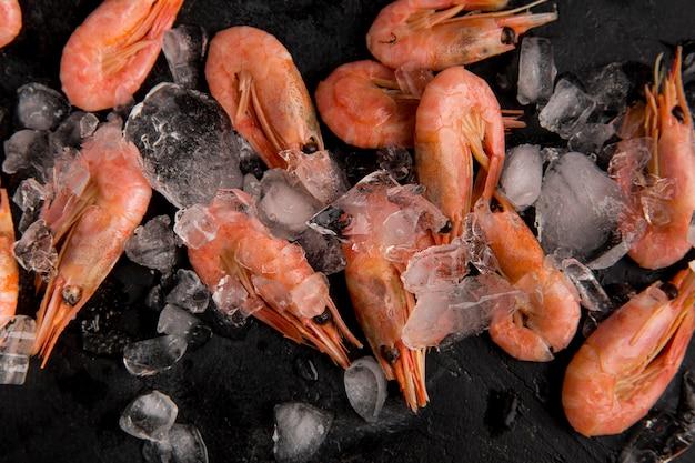 Vista superior de camarones de mariscos en hielo