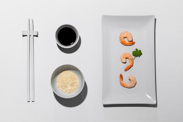Vista superior de camarones en plato y salsa