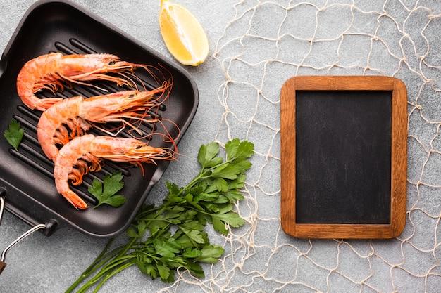 Vista superior de camarones en sartén con marco