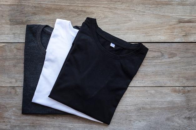 Vista superior de la camiseta de color sobre fondo de tablón de madera gris