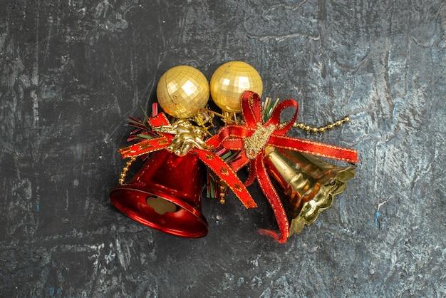 Vista superior de campanas navideñas en superficie gris claro