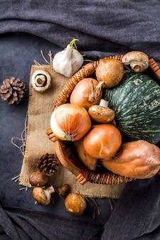 Vista superior de la canasta llena de verduras de otoño.