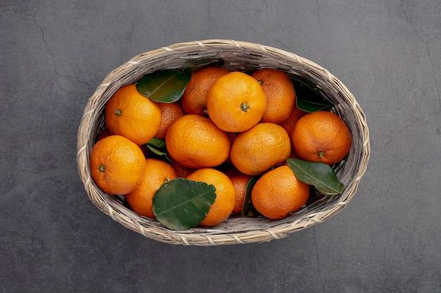 Vista superior de canasta de mandarinas